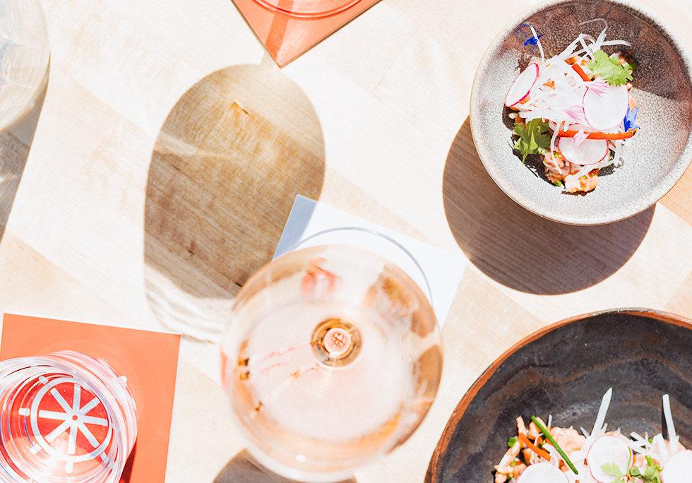 Ravintola Båt tarjoilee raikkaan merellistä bistroruokaa, drinkkejä, viiniä ja olutta.