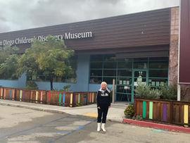 """Работа-победитель """"Цветочная связь"""" на здании детского музея в городе Сан Диего, Южная Калифорния."""