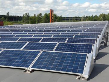 Halpa-Halli Närpiön käyttämästä sähköstä 15 % suoraan omalta katolta