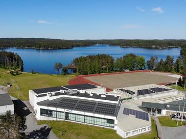 Tanhuvaaran Urheiluopistossa tuotetaan itse uusiutuvaa aurinkosähköä