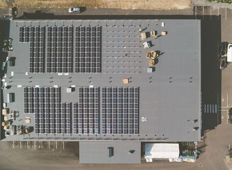 Tokmannin katoilla jo 30 aurinkovoimalaa – Aurinkosähkön tuotannossa rikottiin ennätyksiä