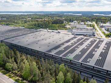 Nokian Renkaiden logistiikkakeskuksen katolle nousi kahden jalkapallokentän kokoinen aurinkovoimala