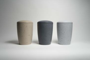 Vyrábíme pro vás urny v těchto základních barvách: písková, antracit a šedá. Barevné možnosti jsou však velmi široké. Díky nejkvalitnějším pigmentům od německé společnosti Lanxess jsme schopni vyrobit beton v neuvěřitelně široké škále barev.