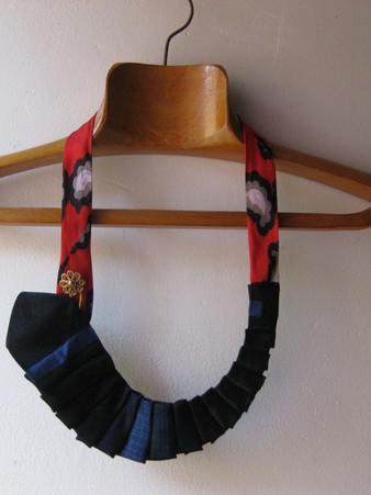 Collier fait avec des cravates