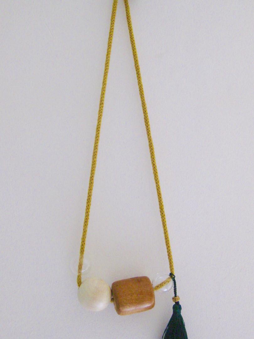 Collier fait avec des perles en bois