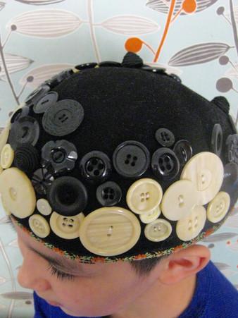 Chapeau recyclé avec textile et boutons