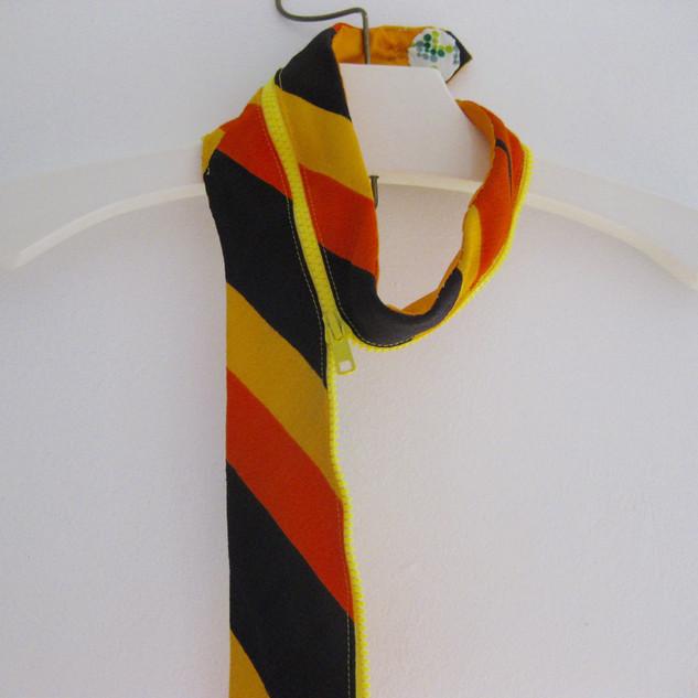 Accessoire fait de cravate et fermeture éclair