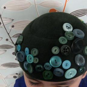 Chapeau recyclé avec des boutons