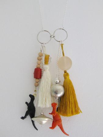 Collier fait avec des jouets et des perles