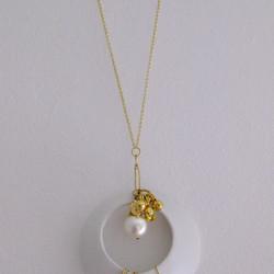 Collier fait avec porcelaine et perles