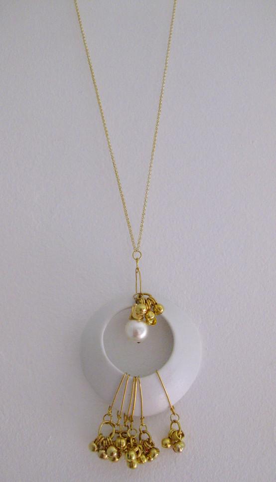 Collier fait avec une pièce de porcelaine et des perles