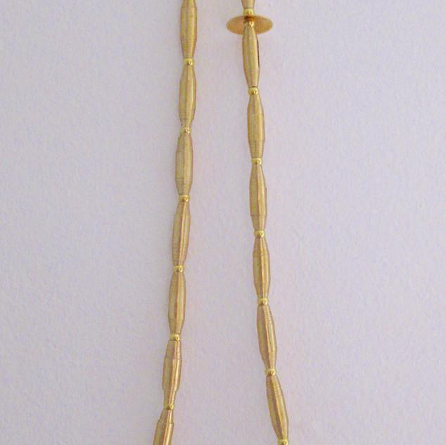 Collier fait avec des perles en papier