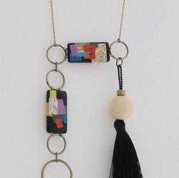 Collier fait avec des perles( collage)