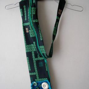 Accessoire fait de cravate et de fermeture éclaires.