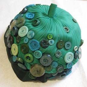 Chapeau recyclé avec des cravates et des boutons