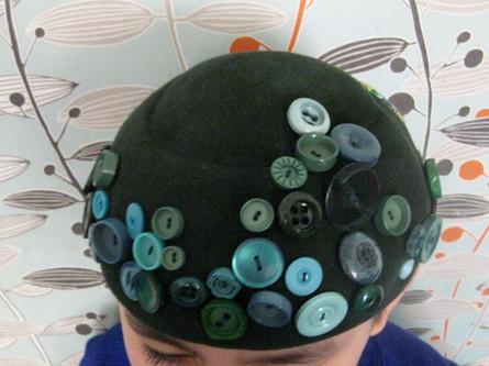 Chapeau recyclés avec des boutons
