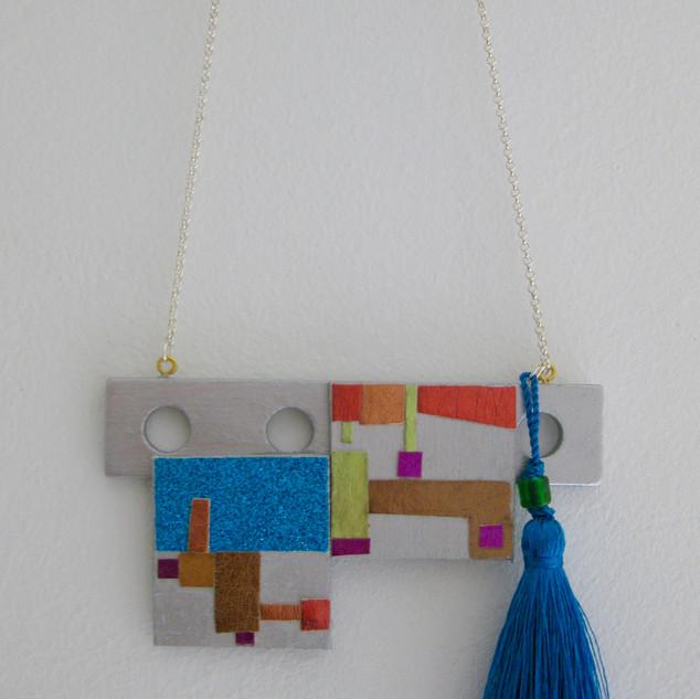 Collier fait avec bois collage