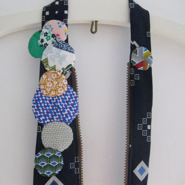 Accessoire fait avec cravate et fermeture éclair