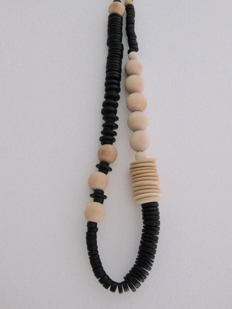 Colliers faite avec des perles en bois