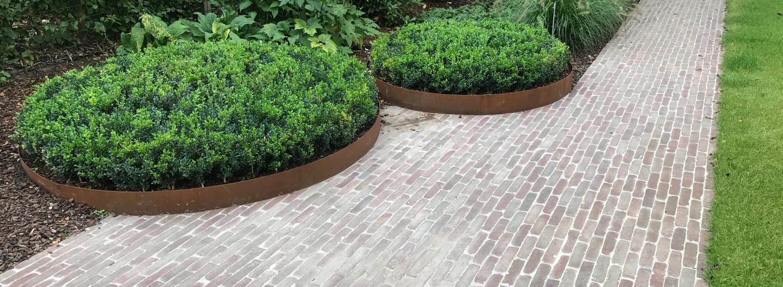 Strakke tuin met natuurlijke materialen
