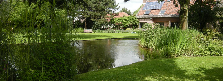 Organische zwemvijver in landschappelijke tuin