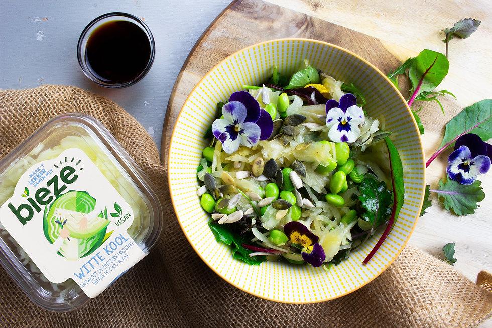 Witte kool salade met bloemen