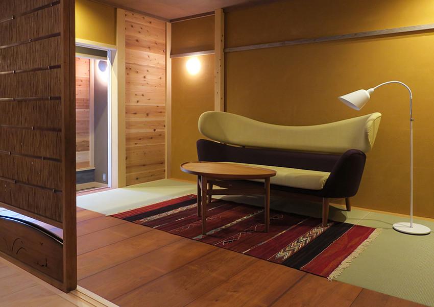 Baker Sofa / Finn Juhl / House of Finn Juhl Eye Table / Finn Juhl / House of Finn Juhl Bellevue Lamp / Arne Jacobsen / &tradition ROGOBA KILIM / ROGOBA