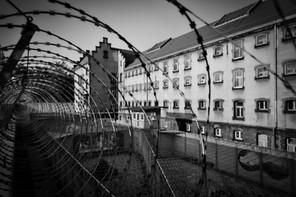 Gefängnis, Prison, Zellen, Treppen, Türen, Riegel, Strafvollzug, Gefängnishof, Graffiti, Stacheldraht, Mauern, Polen, Lost Place, decay, Urbexplorer, Fotoreisen, Fotoabenteuer