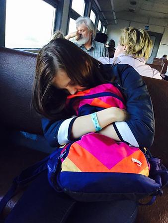 Усталый путник возвращается из поездки