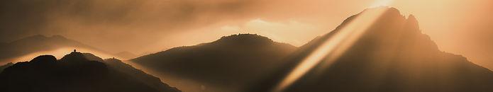 montanhas silhuetas nascer do sol