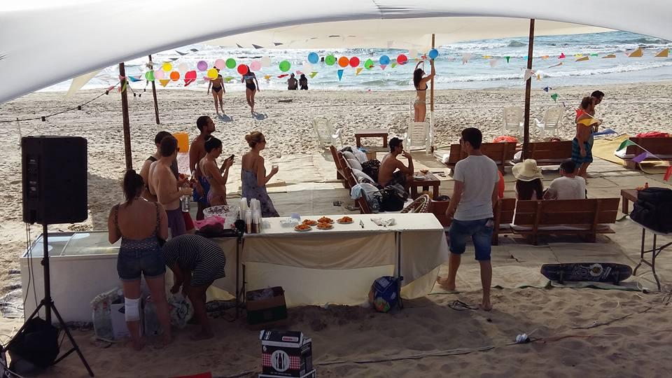רווקים ורווקות על החוף