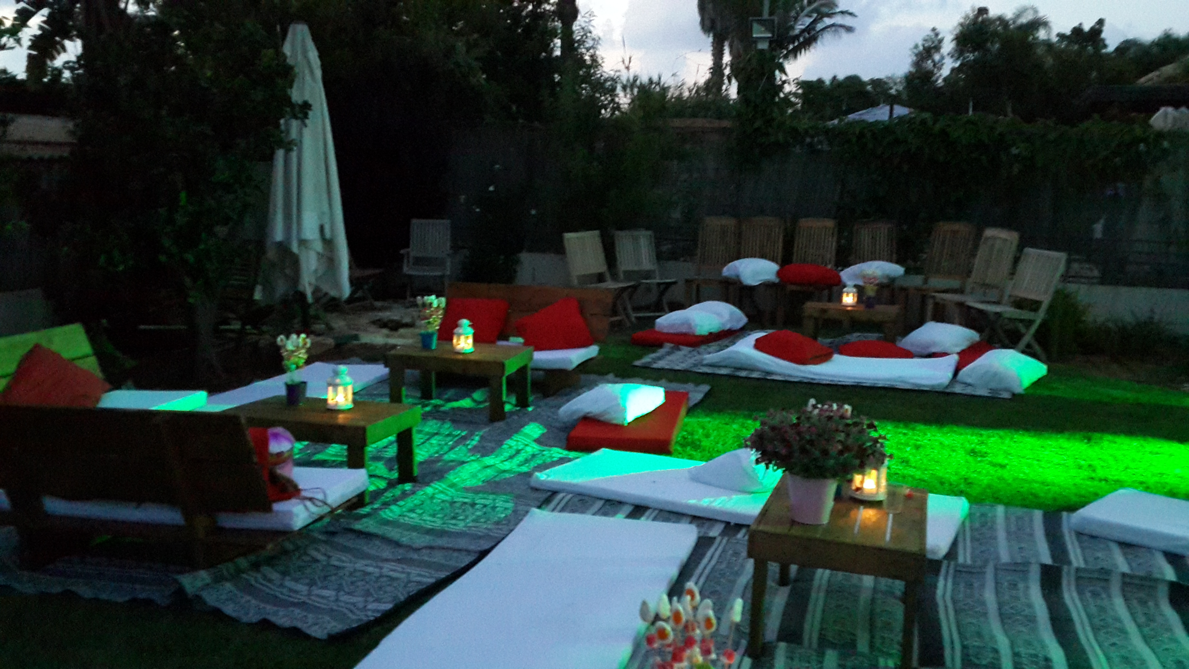 אירוח בחצר
