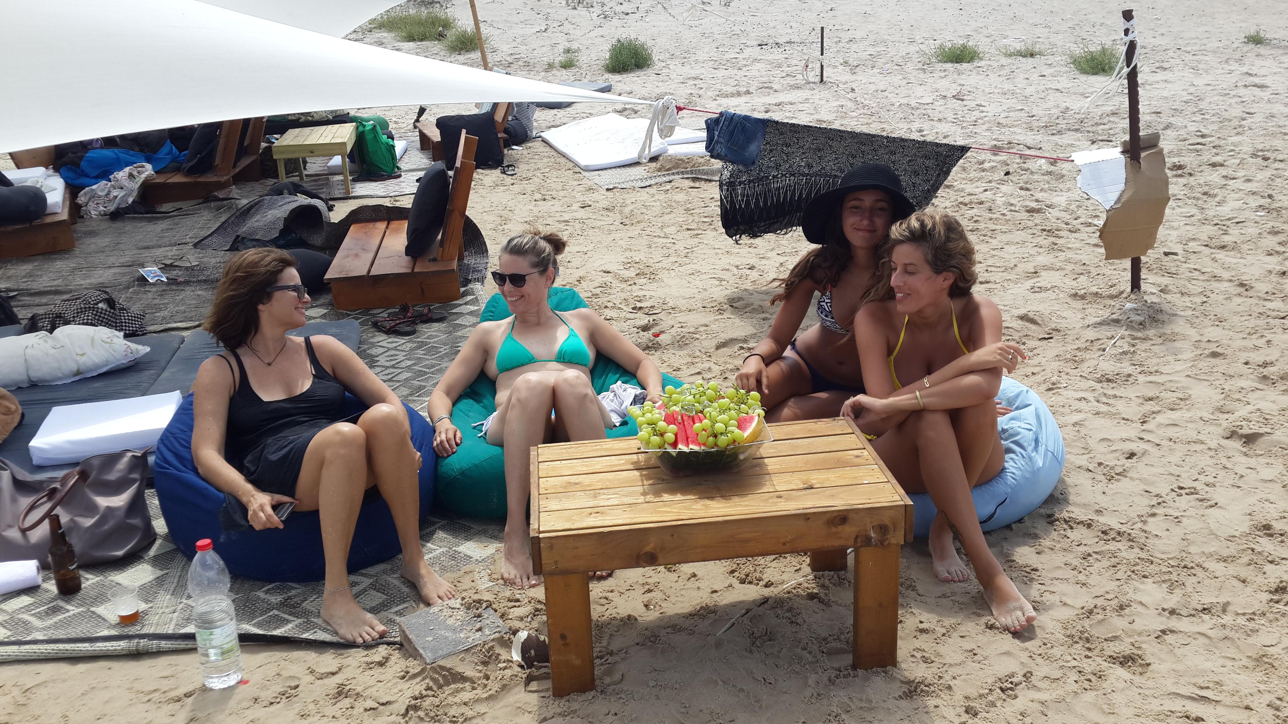קמפינג משפחתי בחוף הים