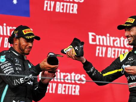 """Daniel Ricciardo se diz surpreso com shoey de Hamilton: """"Eu ouvi Lewis dizer tire seu outro sapato"""""""
