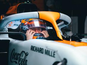 """Daniel Ricciardo revela troca com Sainz sobre comportamento """"estranho"""" da Mclaren"""