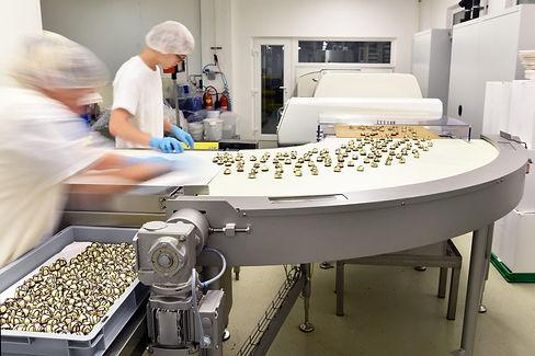 Fließbandproduktion mit Arbeitern