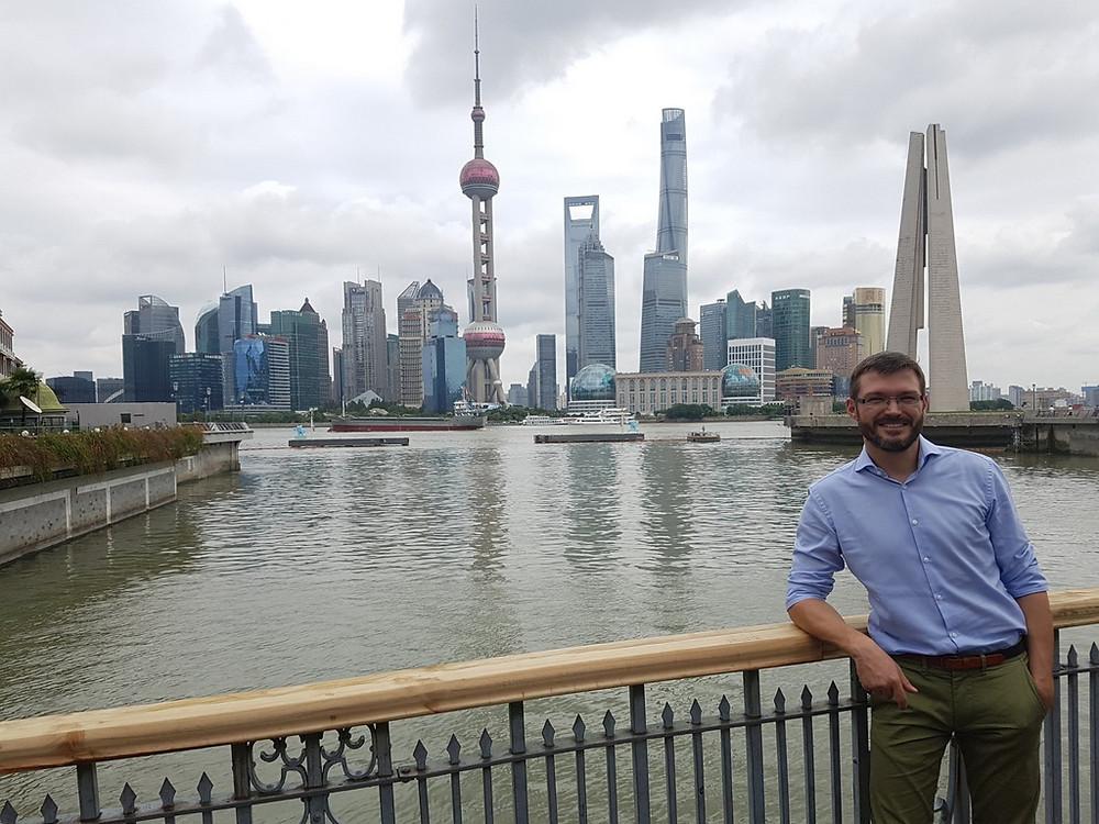 Lars Kobialka vor der Skyline von Shanghai