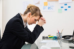 femme-travail-bureau-tristesse-depressio