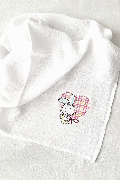 Hímzett textilpelenka - Nyuszi hatalmas rózsaszín szívvel