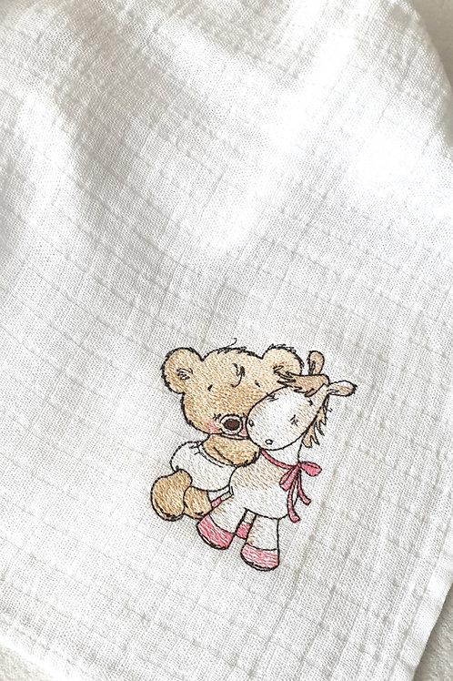 Hímzett textilpelenka - Maci pónival (rózsaszín masnival)