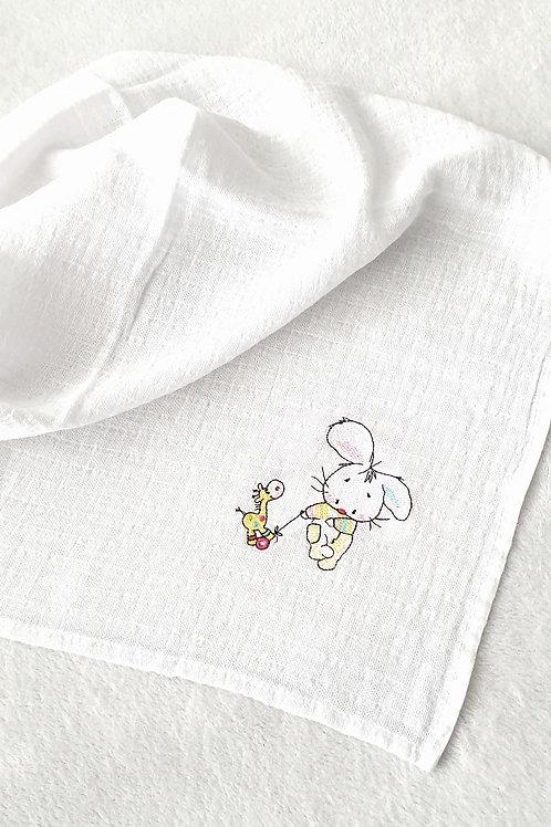Hímzett textilpelenka - Nyuszi játék zsiráffal