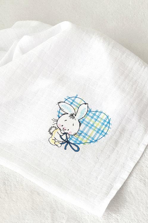 Hímzett textilpelenka - Nyuszi hatalmas kék szívvel