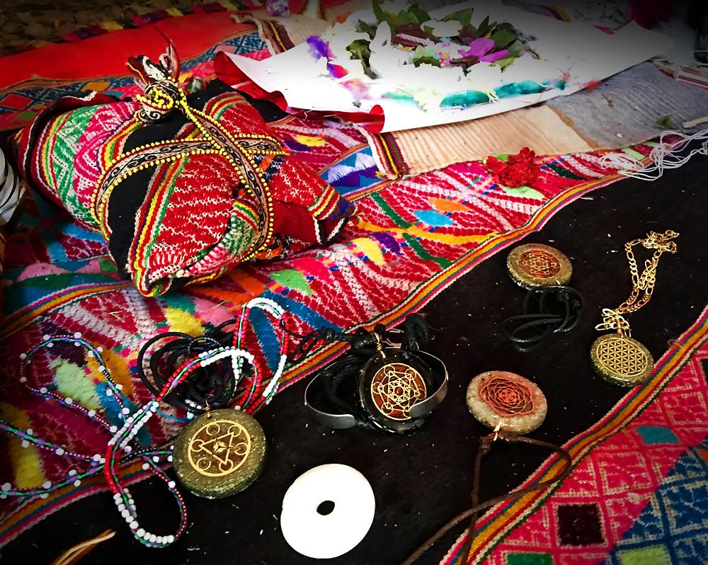Ofrenda de Agradecimiento (Despacho) de la tradición Qero en el Twantinsuyo (Perú). Se observan nuestros Collares orgón en diversos símbolos y cuarzos.