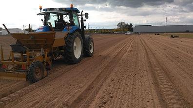 Notre tracteur qui dépose les crocus sativus dans notre champs.