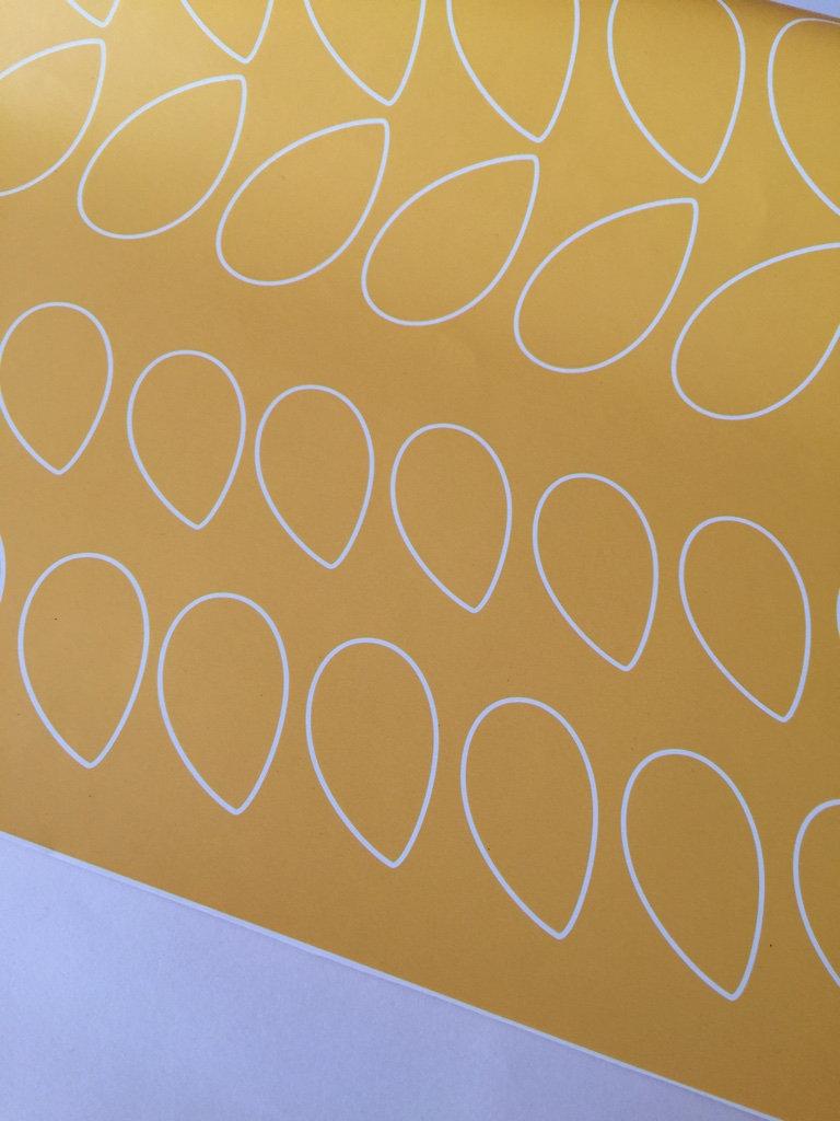 Papier Peint Jaune Moutarde papier peint rétro/vintage pétales fond jaune moutarde inspiration orla k    juste-une-impression