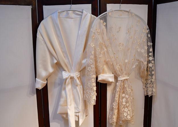 Skrædder Lise Oxvang syer fra bunden af lækre silke kimonoer