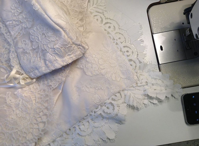 Skrædder Lise Oxvang forandre brudekjoler og skræddersyer kjoler fra bunden af.