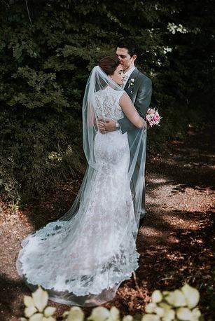 Oplægning af brudekjole og forandringer fortaget af skrædder Lise Oxvang