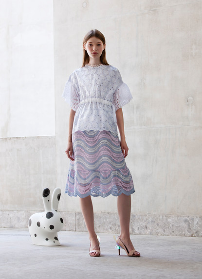 LOOSE FIT SPORTIVE TOP & RAINBOW WAVE LACE A LINE SKIRT