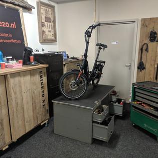 Showroom-werktafel-met-ebike1.jpg